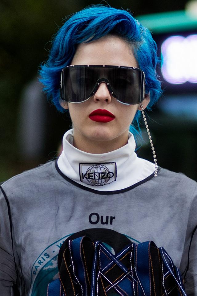 近未来的なロボットサングラスは、アンドロジカルな雰囲気に。ブルーのヘアカラーと相まってオリジナリティ溢れるスタイルが完成する。レッドリップでレディライクさをトッピング。
