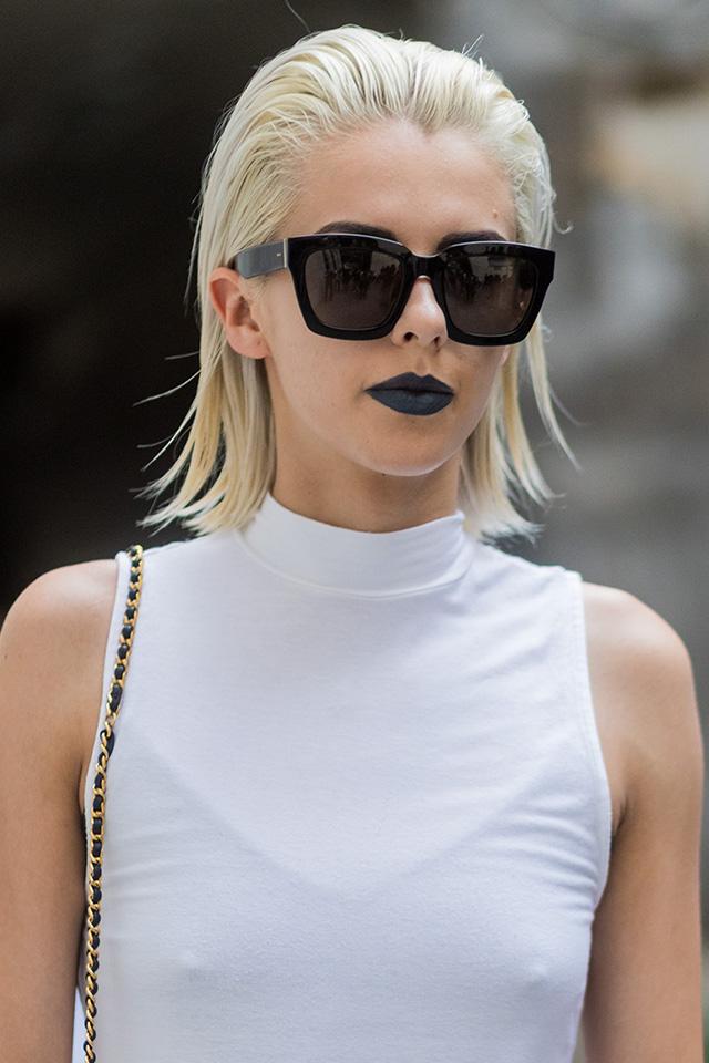 オールバックのクールなヘアスタイルにスクエアフォルムのブラックサングラスが映える。シンプルなタイプだからこそ、洗練されたモードな雰囲気を作り出してくれる。ノーアクセで潔く!