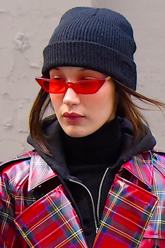 人気モデルのベラ・ハディッドは、ブラックとのツートーンコーデの仕上げにクリア素材のサングラスをイン! オリジナリティあるスタイルが完成する。どこかサイバーチックなデザインとのギャップが可愛い。