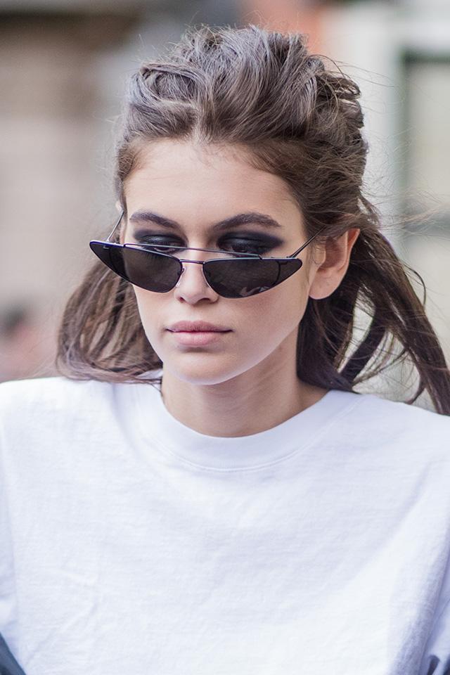 注目の二世モデル、カイア・ガーバーは、カジュアルなストリートスタイルにマトリックス風のサングラスを。辛口なエッセンスがプラスされて、全体が引き締まった印象に。目元が見えるくらいにずらした感じもナイス。