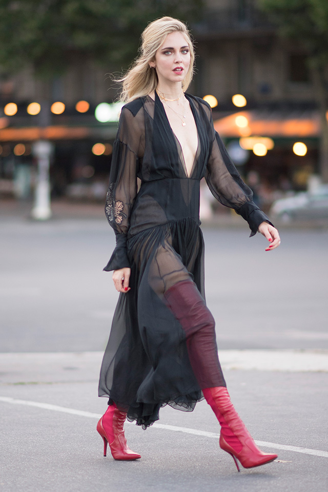 大人気ブロガー、キアラ・フェラーニは、フェミニンなブラックドレスにサイハイブーツをイン。その透け感を活かしたコーディネイトはさすが! パーティースタイルには取り入れにくいブーツも、シアードレスと組み合わせればおしゃれになる。