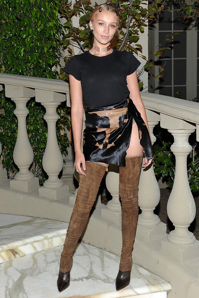 大胆スリットのミニスカートにはサイハイブーツをイン! トレンド感をプラスしつつ、肌見せをヘルシーに仕上げて。大胆なコーディネイトは、ブラックやベージュなどのベーシックカラーでまとめるのがGOOD♪