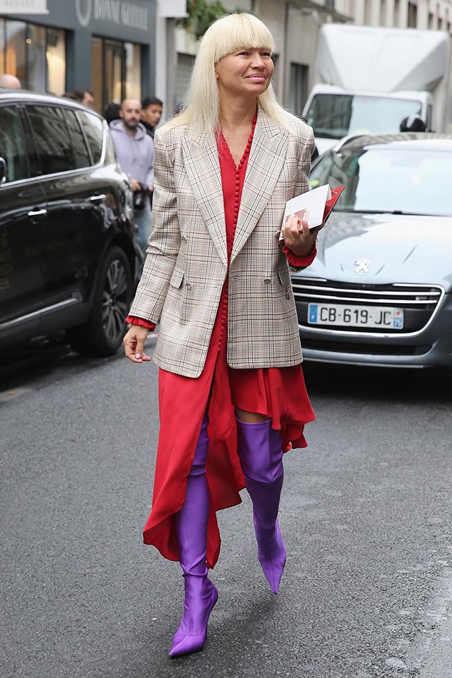 フェミニンカラーのパープルブーツは、ワントーンルックの差し色としても活躍するけど、おしゃれ上級者らしくカラーコーディネイトを楽しむのもあり。カラーリングにインパクトがある分、シルエットやアクセサリーはミニマルにまとめて。