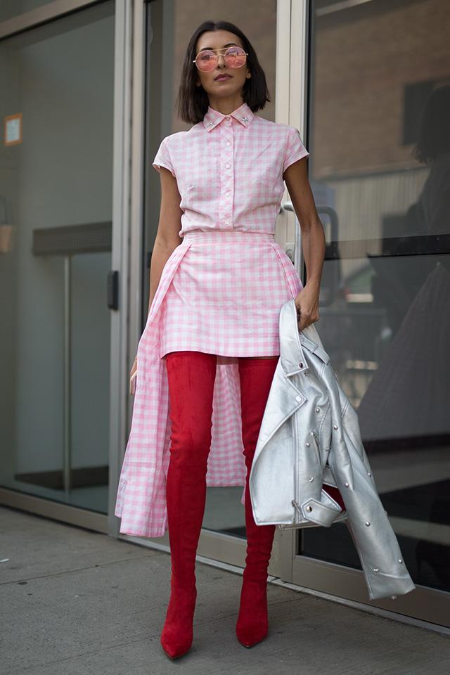 ラブリーな印象の、ピンク×ホワイトのギンガムチェックスタイルに赤色のサイハイブーツをイン! 全体が引き締まるし、トレンド感もアップする。スカートとのボリュームとブーツのフィット感のコントラストもおしゃれ!