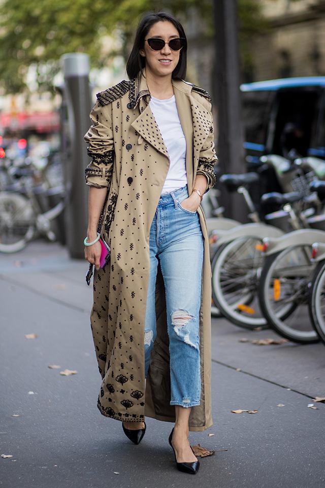 刺繍デザインでドレスのようなゴージャス感あるトレンチコート。ホワイトTシャツ×デニムの普遍的なスタイルに取り入れるだけで、一気にモード感も、おしゃれさも高まる。そでをまくるスタイリングもこなれてて◎。