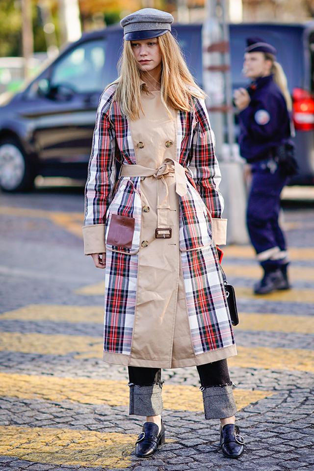 チェック柄とのブロッキングデザインが目を引くトレンチコートは、ワンピースのようなにコーディネイト。ハンチングと相まって、ブリティッシュガールの装いに。太めにロールアップしたデニムの着こなしもおしゃれ。