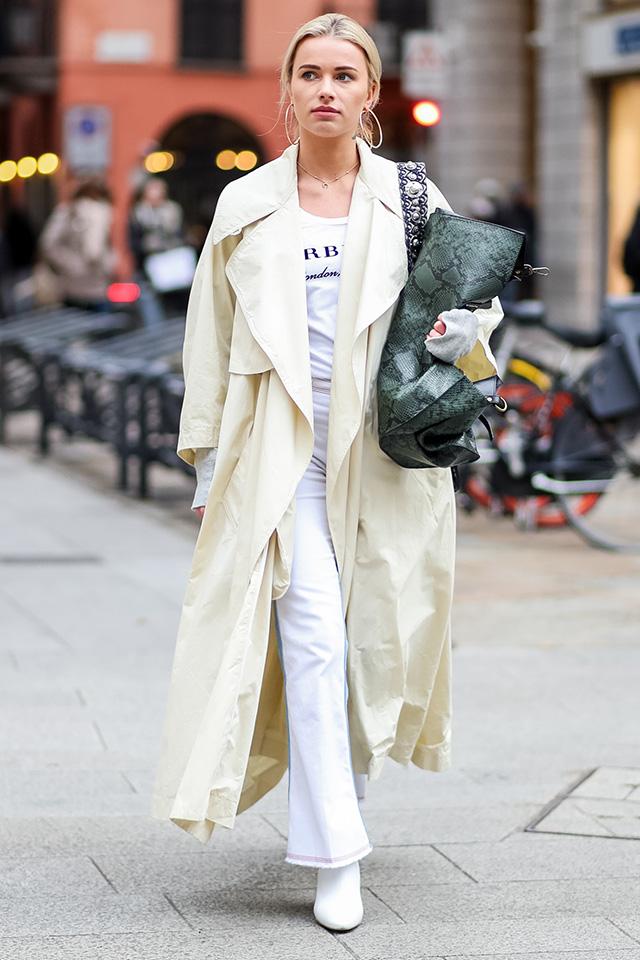春夏になると活躍の場が増えるホワイトコーデ。淡いイエローにも見えるホワイトカラーのトレンチコートで爽やかな印象に。トートバッグはあえてクラッチ風に持つのが断然おしゃれ!