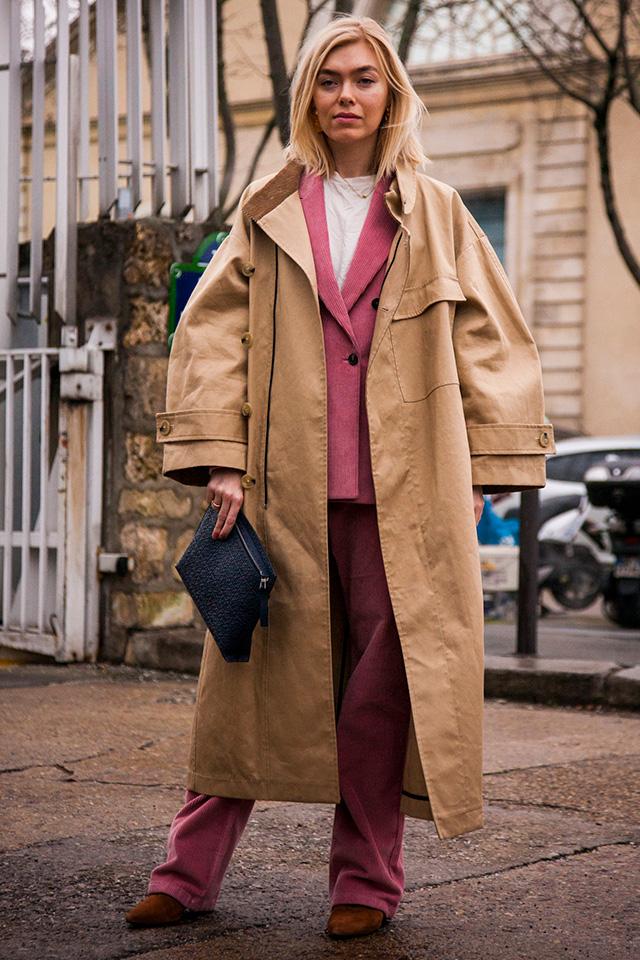 くすみ系のピンクのセットアップに、オーバーサイズのトレンチコートをスタイリング。ゆったりとしたシルエットでメンズライクに着こなすのもおすすめ。ストリートのエッセンスが加わるから、一気に今を感じるスタイルに仕上がる。