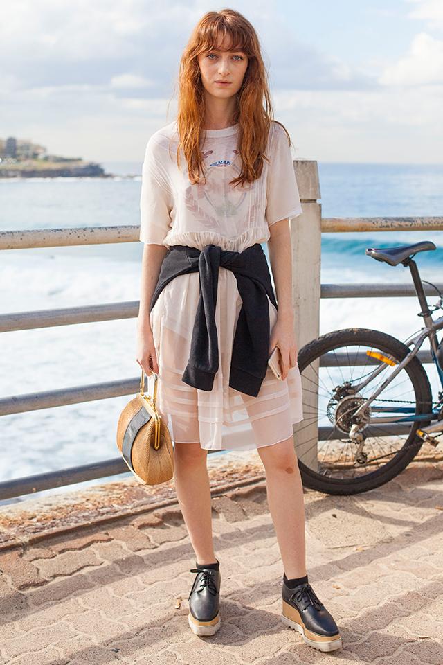 Tシャツ×ショートパンツの定番ルックに、シースルーワンピースを重ね着! トレンド感が高まり、個性的なスタイルに仕上がる。ガーリーな雰囲気はブラックアイテムで引き締めて。
