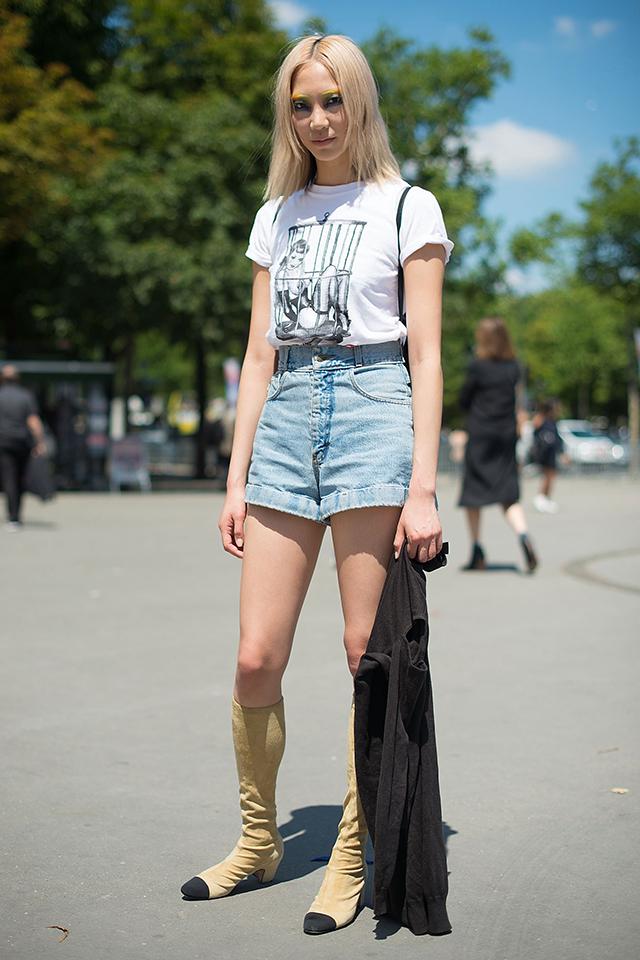 ホワイトTシャツ×デニムパンツはファッショニスタの制服的なスタイル。モデルのパク・スジュのように足元をブーツにするとフレッシュな印象に! 袖を折り返すテクニックは、二の腕をすっきり見せてくれるから真似したい。