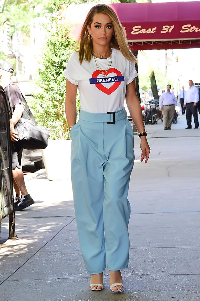 シンガーのリタ・オラはキュートなプリントTシャツをコンサバティブに。きちんと感あるスタイルだからオンシーンでも活躍しそう。ホワイトTシャツとスカイブルーのカラーリングが夏らしい♪