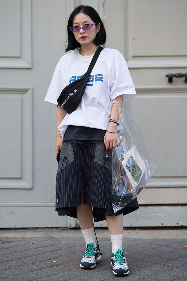 ビッグシルエットのロゴTシャツはスポーティーな気分にハマる。ワイドなシルエットのスカートとコーディネイトして、ミックステイストテイストに。ポシェットとPVCバッグのダブル使いがキャッチー!