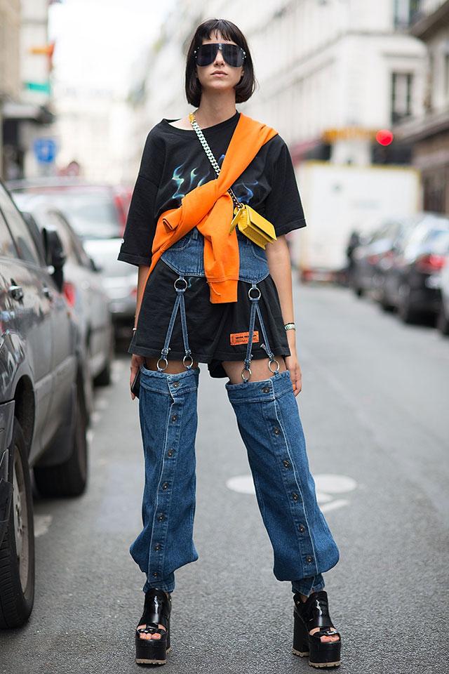 ワンピースのように着こなしたTシャツルックに、インパクト大なデニムアイテムをオン! 視線を集めること間違いなしのスタイルが完成。オレンジカラーのスウェットの取り入れ方もおしゃれ。
