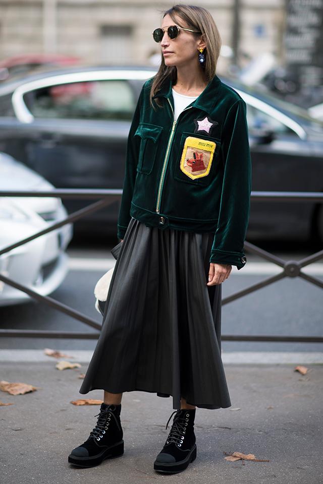 Gジャンや革ジャンはかぶり率が高いから、ベルベットジャケットで周りと差がつくスタイルが完成。カジュアルなアイテムにフレアスカートを合わせたことで、程よく女性らしさがトッピングできる。