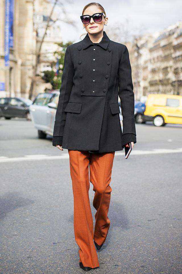常にスタイルが注目を集めるオリヴィア・パレルモは、落ち着いた印象のディープオレンジのパンツを愛用。ブラックアイテムと合わせることでモード指数が高い、こなれたスタイルになる。