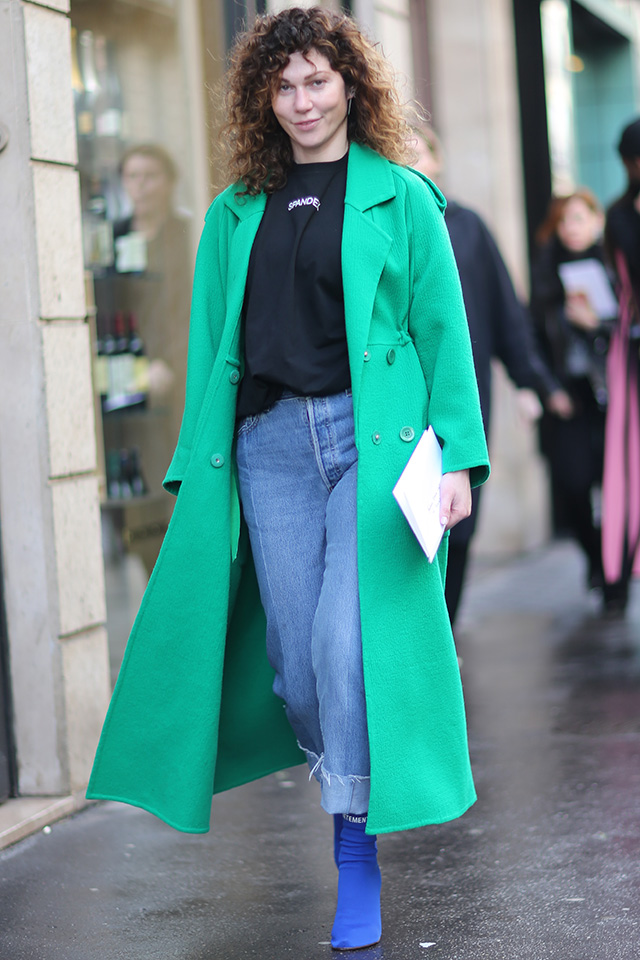 鮮やかなグリーンのアウターとブルーでまとめた足元がマッチ! ファッショニスタの制服的なデニムルックもカラーアイテムでトレンド感を高めて。小物を控えめにしてカラーアイテムを主役にしたスタイルが可愛い。
