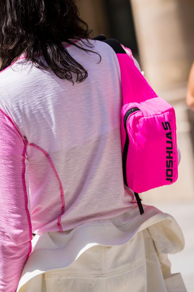 ホワイトベースのコーディネイトによく映える、ネオンピンクのウエストバッグをショルダー風にスタイリング。ブラックで締まりのあるデザインだから、カジュアルに傾きすぎないのが◎。こなれた印象が演出できる。