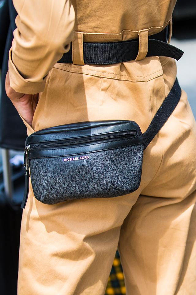 ラフなシルエットのセットアップスタイルに、ベルトとのWウエストマークでコーディネイトに遊び心を。さり気なくブランドログがデザインされているシックなバッグは、モードな印象に仕上がる。
