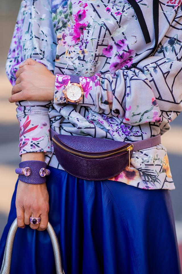 パープルをメインカラーにしたコーディネイトは、ラフさの中にフェミニンな雰囲気が漂う。ベーシックなデザインのウエストポーチだから、色使いで自分らしく。時計やバングルがSAME素材なところがおしゃれ。