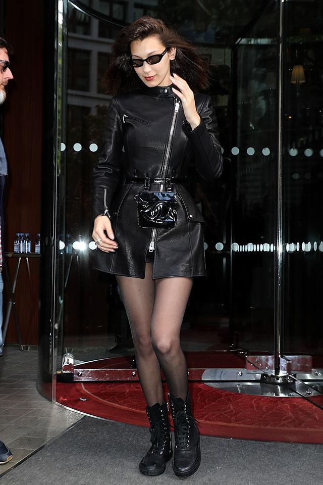 人気モデルのベラ・ハディッドはオールブラックの辛口なスタイルで登場。同じブラックカラーでも質感の違うウエストポーチをインすることで、こだわりを感じるコーディネイトに仕上がる。