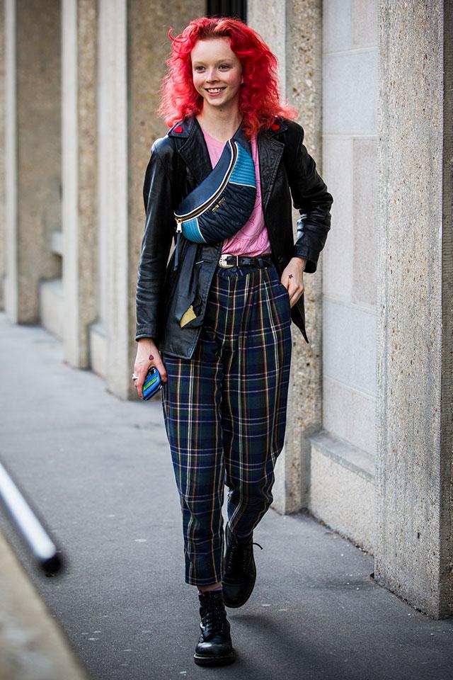 カラーブロッキング印象的なウエストポーチをショルダーバッグのようにコーディネイト。トラッドスタイルに今っぽいアクセントができ、センスアップ♪ ビッグウェーブのヘッドヘアもナイス。