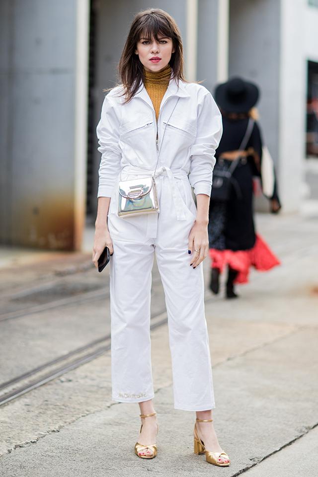 作業着の印象が強いつなぎも、ホワイトカラーならデイリーに取り入れやすい。メタリックな小物とコーディネイトして、モードなエッセンスをプラス。ノーアクセサリーの潔さもセンスを感じる。