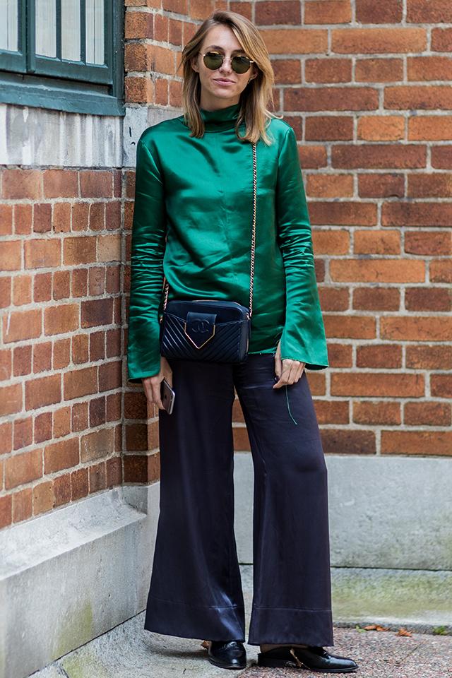 今期の春夏注目カラーのエメラルドグリーンのトップスには、袖のフレアデザインに合わせてボトムスもワイドフレアをチョイス。光沢感とシルエットでオリエンタルな雰囲気を演出して。