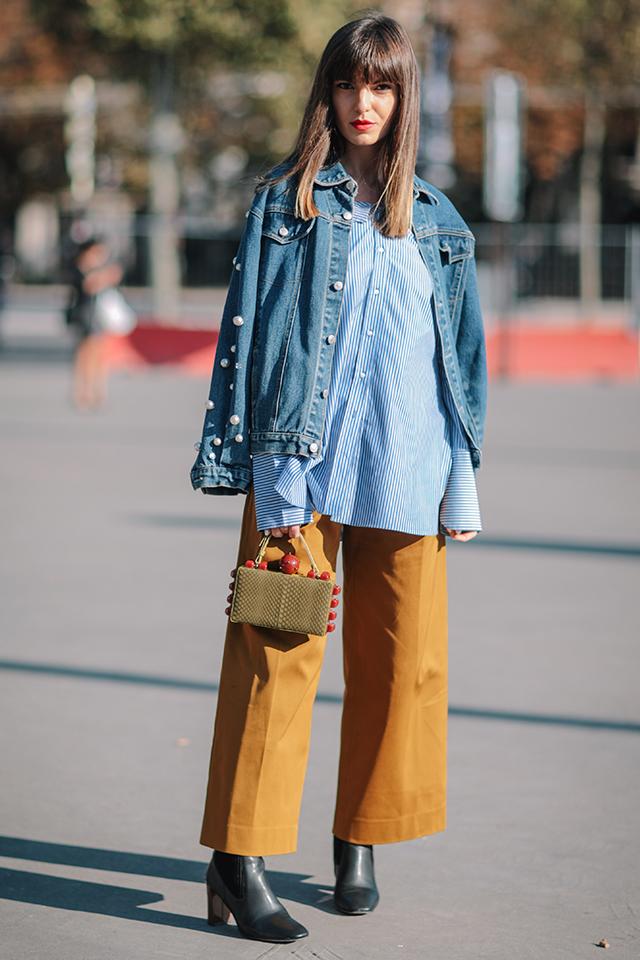 カジュアルなデニムジャケットスタイルには、センタープレスが入ったワイドパンツを合わせればハイストリートなスタイルに。ナチュラルなアースカラーだから重くなりすぎず履きこなせる。