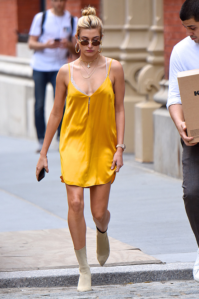おしゃれセレブ、ヘイリー・ボールドウィンはイエローのスリップドレスがお気に入り。フェミニンになりがちなアイテムだけど、カラー次第でデイリーなスタイルに。ヌーディーカラーの小物使いもセンスあり。