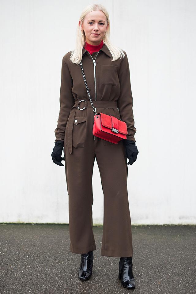 一着で決まるジャンプスーツはカラーやディテールデザインが重要。落ち着いたブラウンカラーでも、ベルトとジップアップで引き締まったアクティヴな印象に仕上がる。