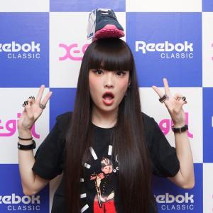 秋元梢がReebok CLASSIC × X-girlのコラボスニーカーを履いて1日店長にチャレンジ☆