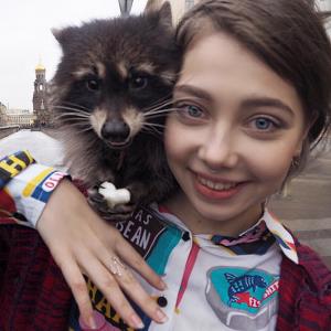 ロシアの美少女インスタグラマーが魅せる、エキセントリックなアートの世界