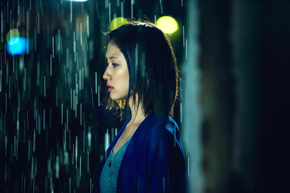 『雨にゆれる女』