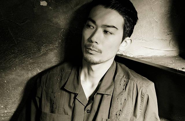 モデル・俳優の小野原聡がステッカーアートの個展を開催