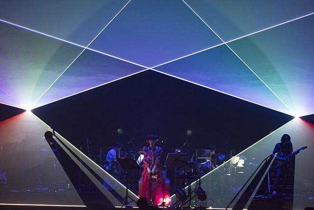 """相対性理論・やくしまるえつこが新ライヴ演出装置『YXMR Ghost """"Objet""""』を初披露!"""