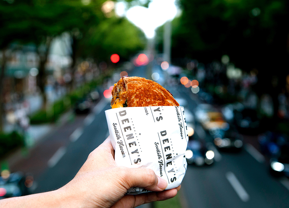ロンドンで話題のストリートフードブランド『ディーニーズ』のウィスキーを使用した新作トースティに注目!