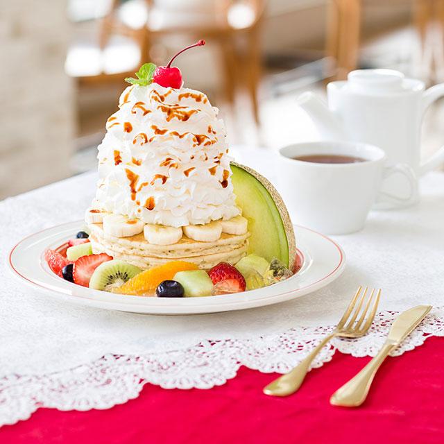 エッグスンシングスより8種のフルーツがのったパンケーキ・ア・ラ・モードが登場