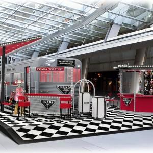 アメリカの流線型車両をイメージした店内に注目! プラダのスペシャルなポップアップストアがオープン