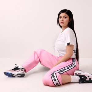 カイリー・ジェンナーがキャンペーンモデルに! 復刻スニーカーADIDASFALCONの新色が登場