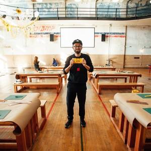 段ボールで財布を作るアーティスト『旅するダンボール』