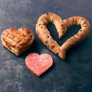 バゲットで愛の形を表現♡ MAISON KAYSERよりハートモチーフの新商品が登場