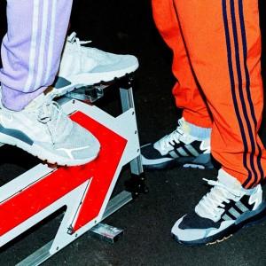 "adidas Originalsが""暗闇を照らす""2色のスニーカーをリリース"