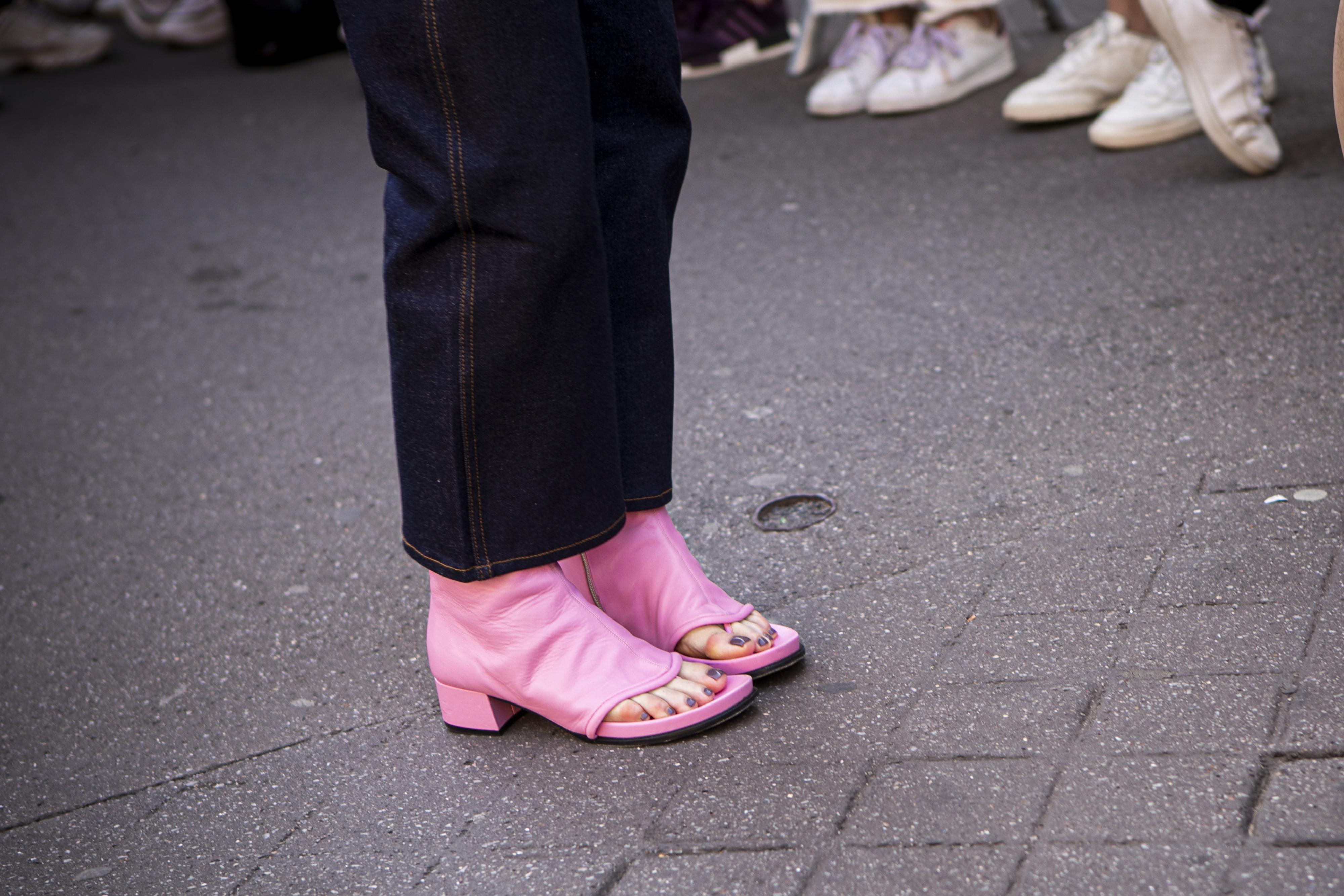 ブーツとサンダルがドッキングしたようなシューズはヒールの印象も加わって、視線を集める足元に仕上げてくれる。濃紺デニムとの相性がいいピンクカラーで可愛らしさをトッピング。