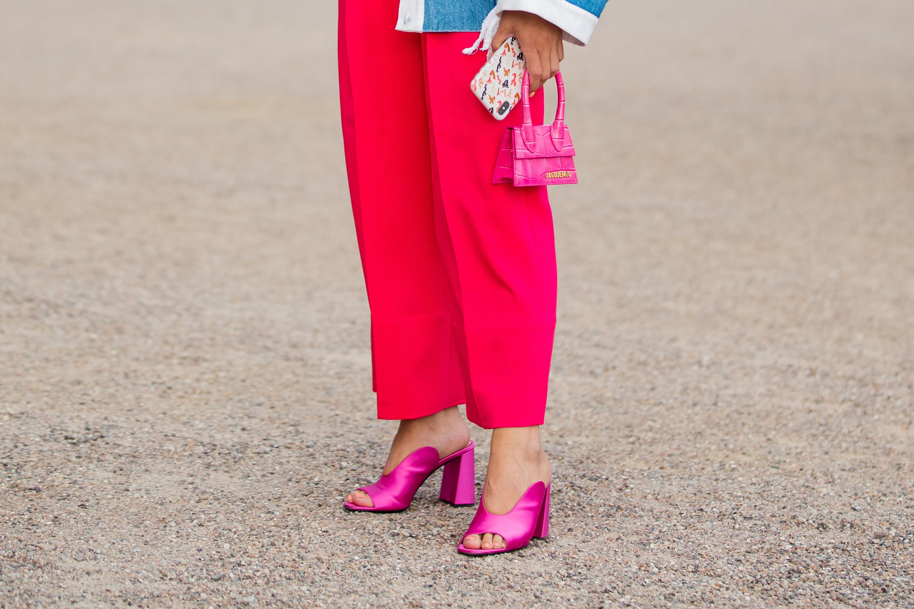 サテン素材のビビッドカラーはインパクト十分! ミニマルなデザインだからこそトレンド感が際立つからチャンキーヒールで今っぽさを意識。パンツにも、スカートにも合わせやすいのもGOOD。