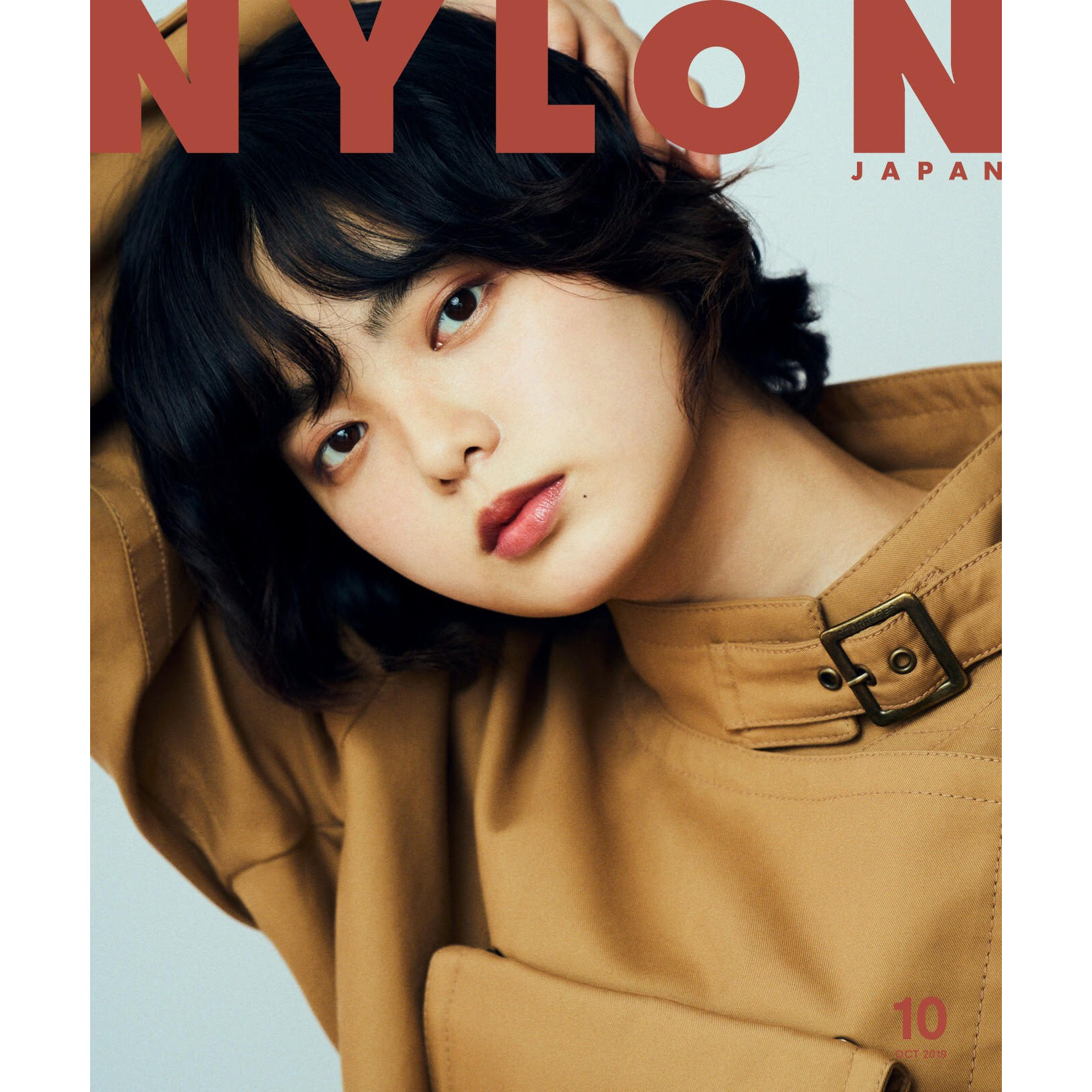 NYLON JAPAN 8/28 発売10月号 《平手友梨奈(欅坂46)》がソロ表紙で初登場 笑顔も見せた16P 中面+ 両面ポスター付録付き