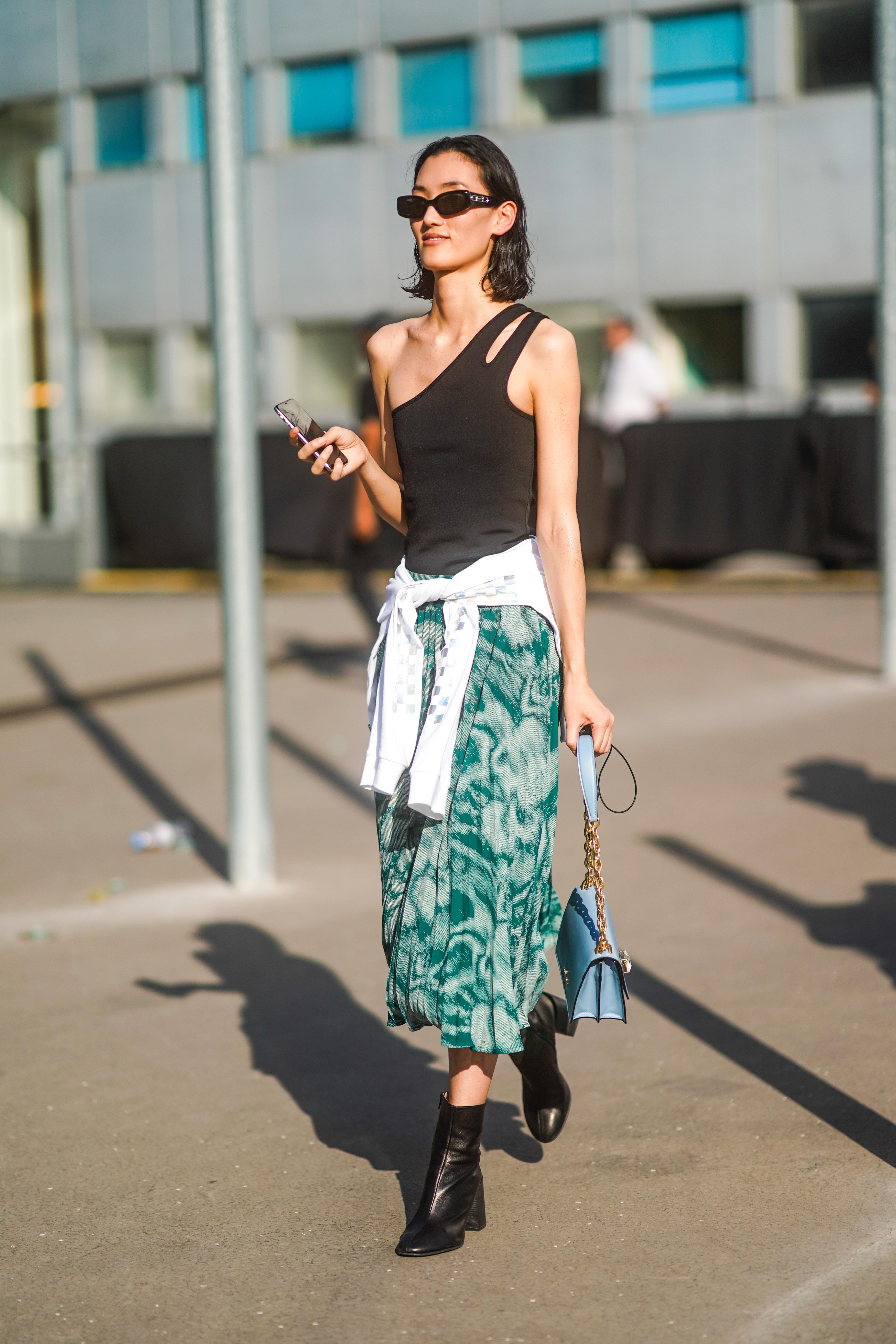 エキセントリックな印象のマーブルパターンは柔らかなプリーツスカートで取り入れて。トレンド感あるワンショルダートップスとのコーディネイトは、スウェットでウエストマークしてカジュアルさをプラス!