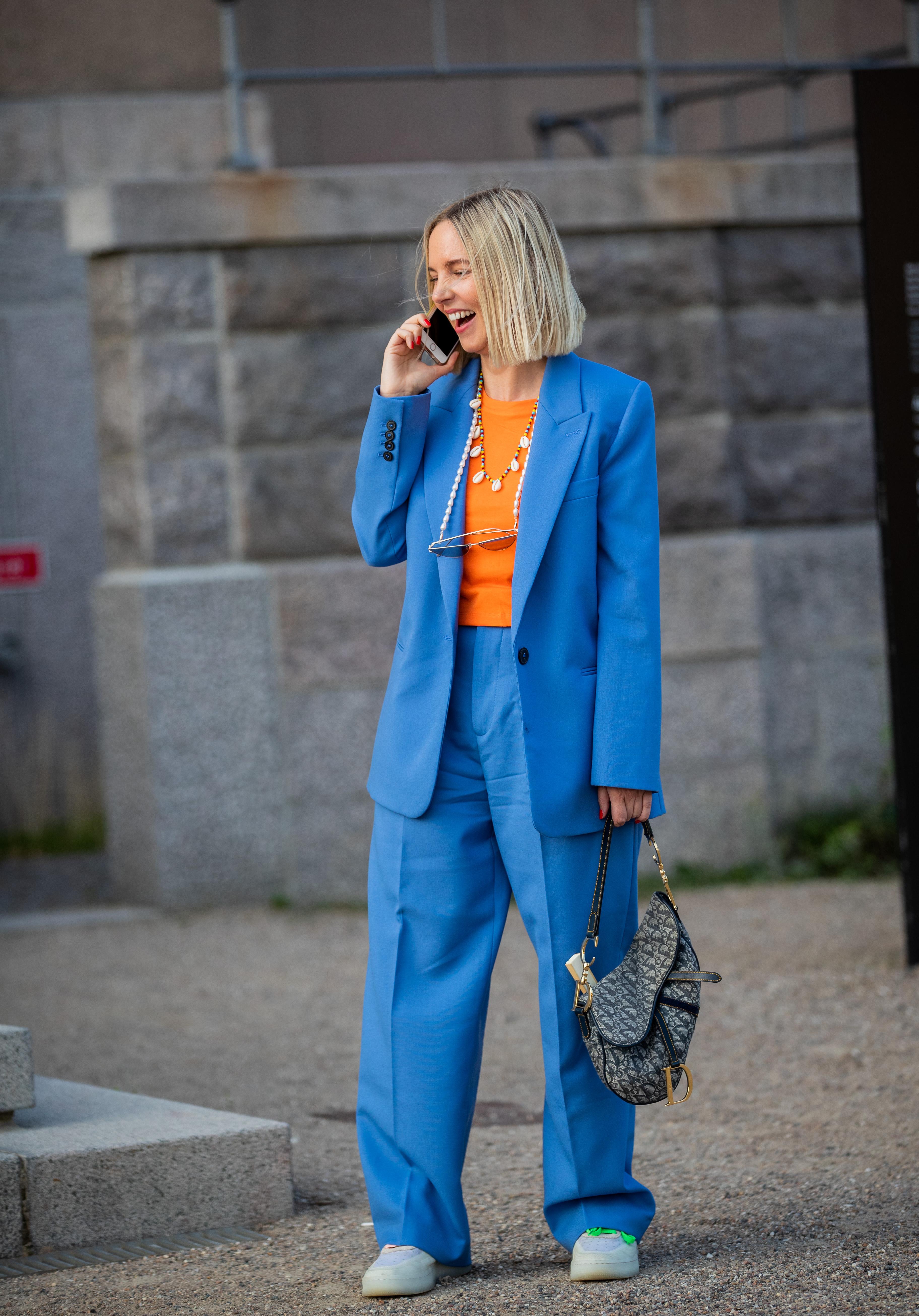 ワンサイズ大きいラフさ、ジャケットのボタンは開ける、足元はスニーカーで、ストリート感あるセットアップの着こなしが叶う、鮮やかなトップスをインして華やかさを加えたのもナイス!