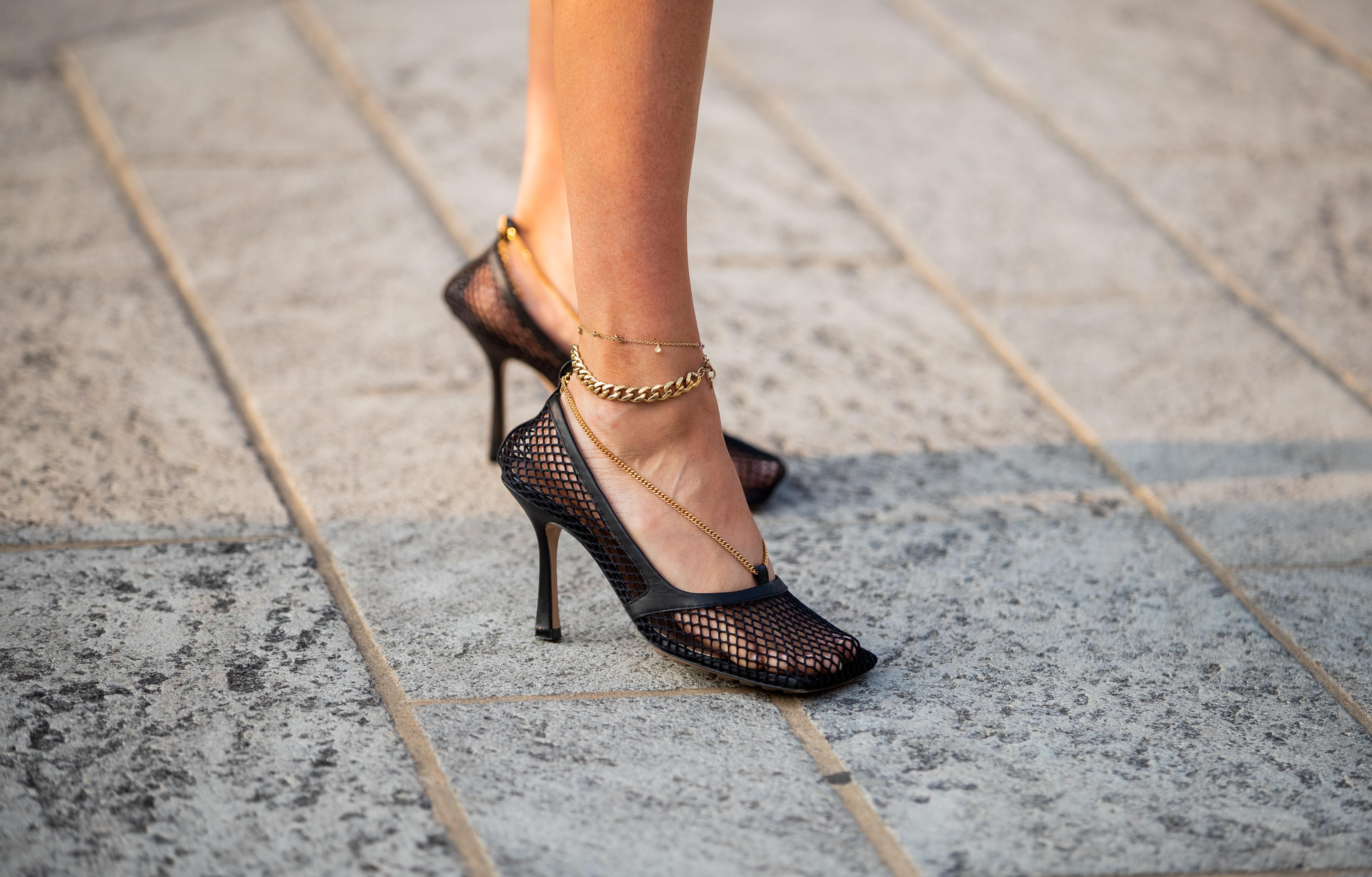 ゴールドのバンドが付いているメッシュ素材のパンプスの足元にアンクレットを追加。華奢なタイプと存在感あるチェーンのデザインの重ね付けがおしゃれ。タイツやソックスを合わせても可愛くなりそう。