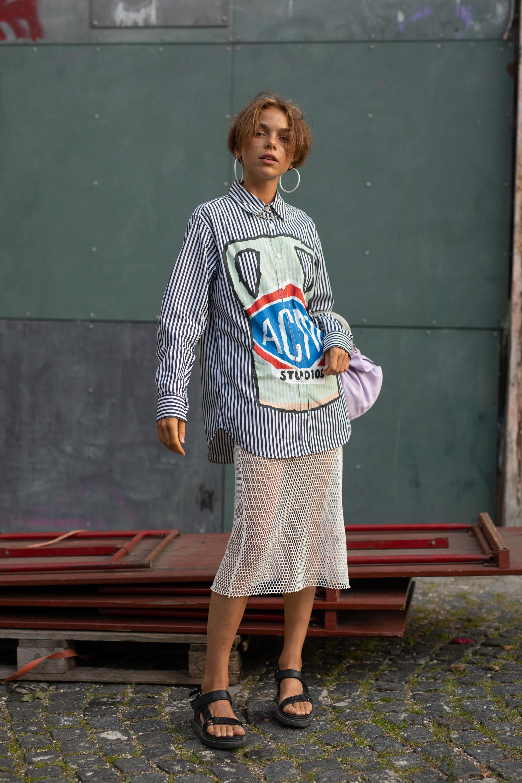 ミディスカートに変化を出したいなら素材で遊ぶのが◎。メッシュ素材のスカートにお尻がすっぽり隠れるロング丈のシャツをレイヤードした思い切った着こなしはオリジナリティがあって目を引く。
