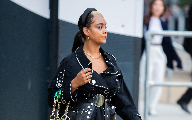 シルバーのスタッズデザインが印象的なブラックスタイルには、ベーシックなゴールドアクセをインして洗練された雰囲気に。ヘアスタイルのトップ部分のヘアカラーもポイントになっていて◎。